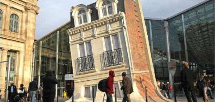 Le bâtiment fondu de  la Gare du Nord, à seulement 100 m de l'HÔTEL HOR